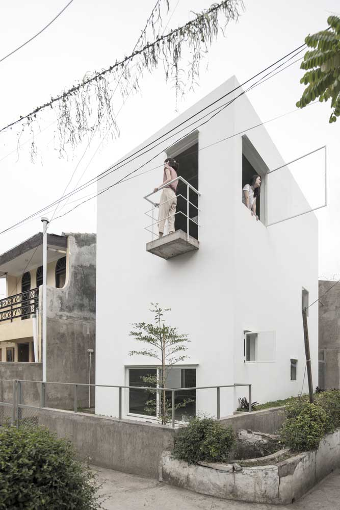 Casa moderna simples e pequena com fachada branca