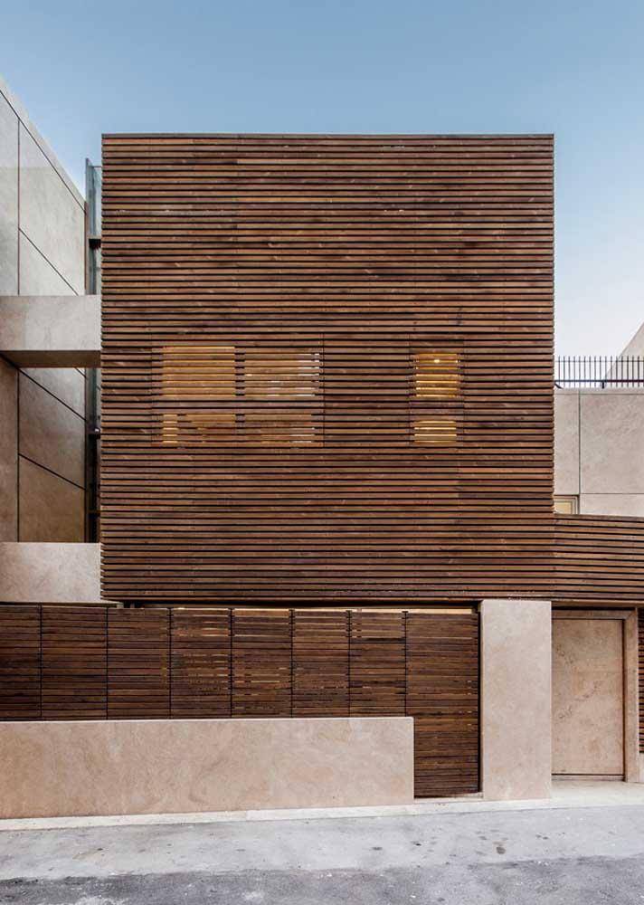 Aqui, as ripas de madeira também se destacam, mas em uma proposta completamente diferente
