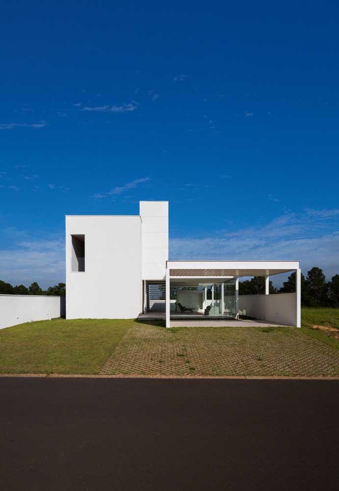 Linhas retas marcam essa outra fachada moderna com amplo espaço verde na frente