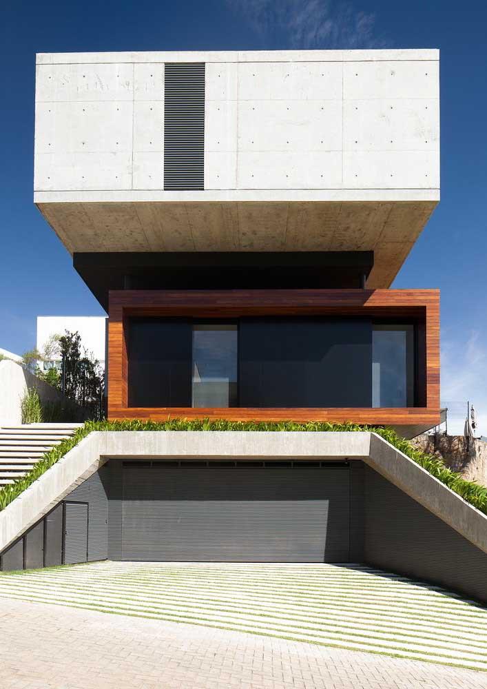 Fachada de casa moderna com três pavimentos e uma estrutura que desafia o olhar