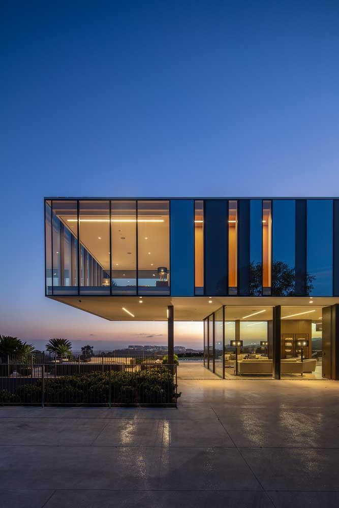Casas modernas de condomínio fechado podem apostar tranquilamente em fachadas de vidro