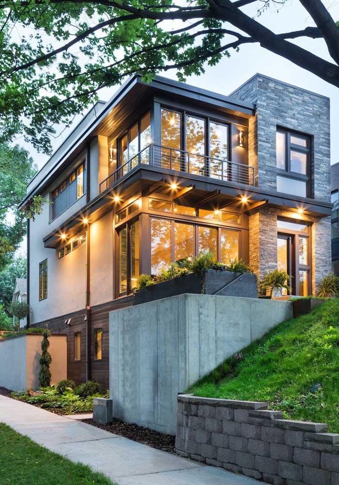 Casa moderna com três andares cercada pela natureza; o ambiente em volta também é responsável pela beleza da casa