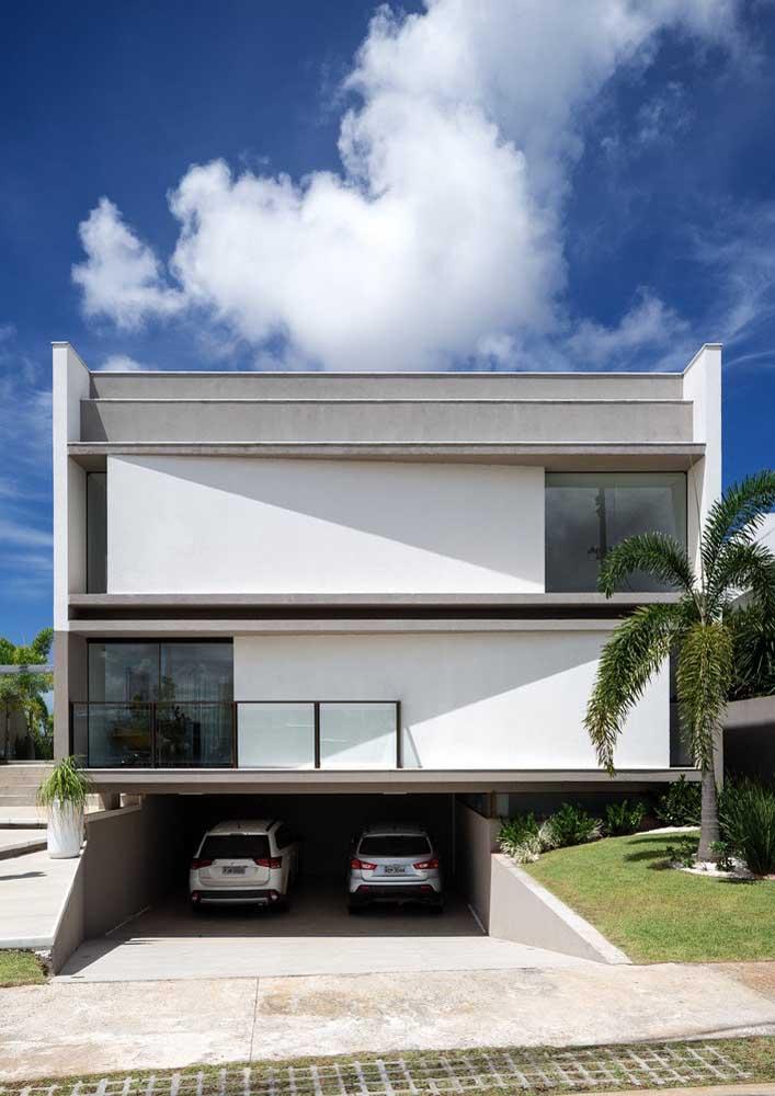 As palmeiras no jardim ajudam a valorizar a fachada dessa casa moderna
