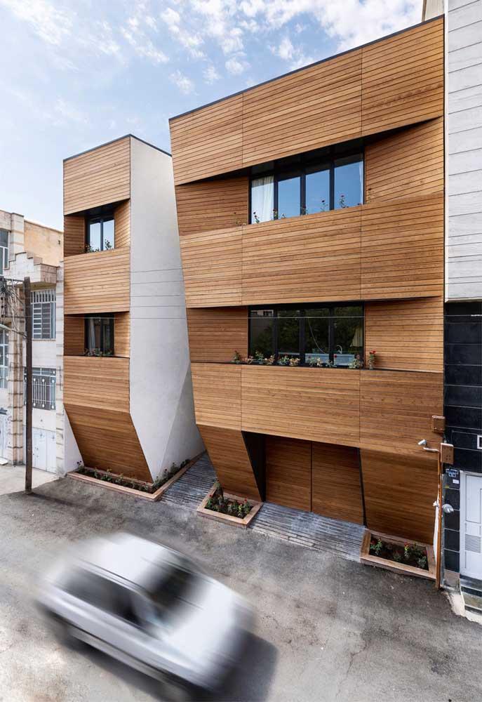 Não é só pelo revestimento em madeira que essa casa se destaca; o formato diferenciado também chama a atenção