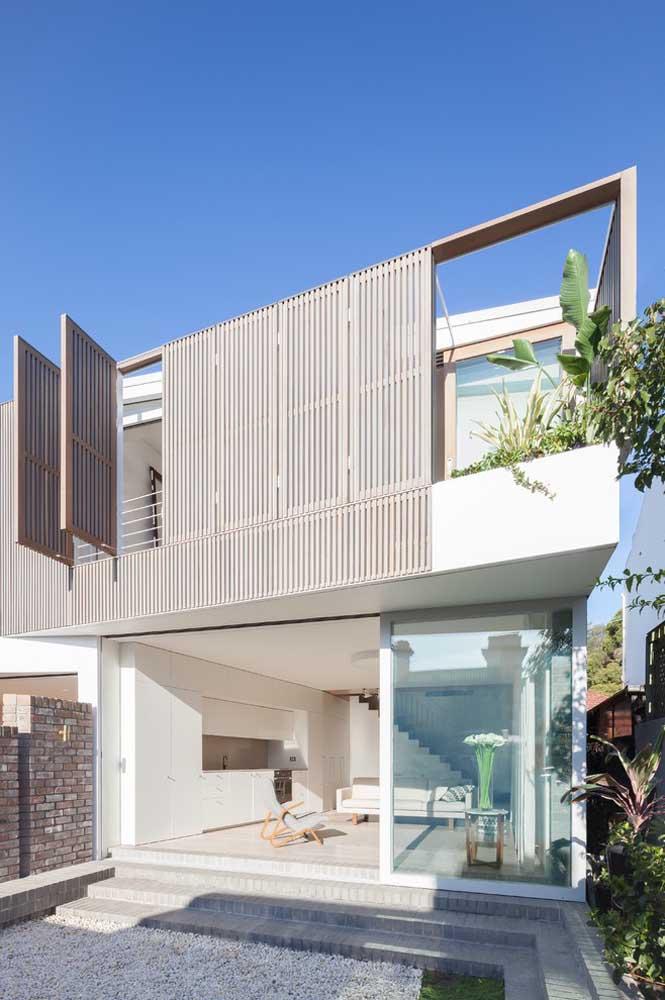 O vidro traz leveza para a fachada da casa moderna