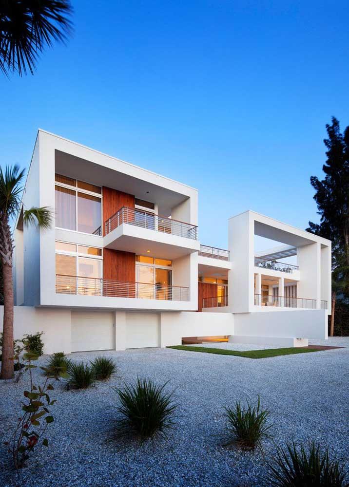 Jardim de pedras na fachada da casa moderna branca