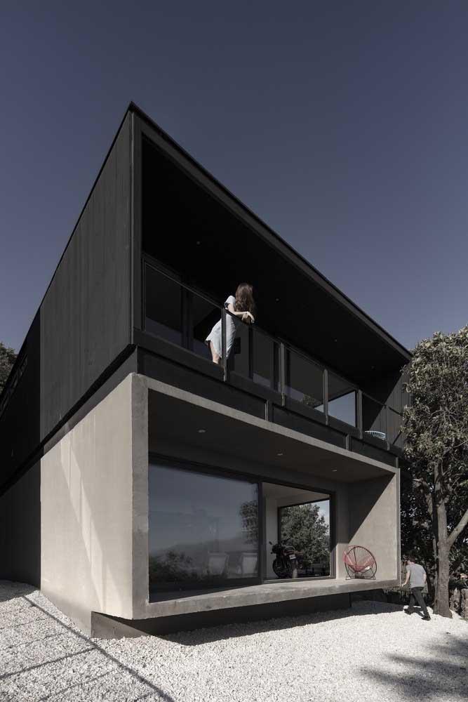 O preto traz modernidade e elegância para a fachada, especialmente quando combinado ao cimento queimado