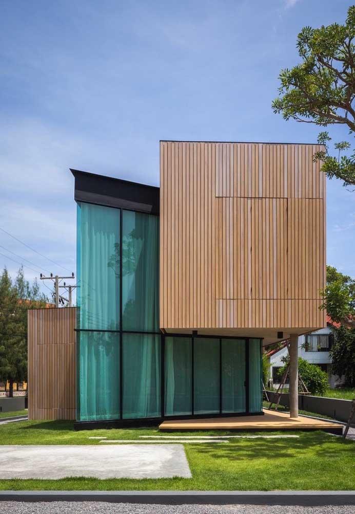 Vidro e madeira são os materiais escolhidos para emoldurar a fachada moderna dessa casa