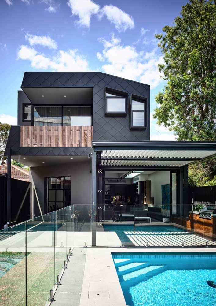 Fachada de casa moderna com revestimento preto