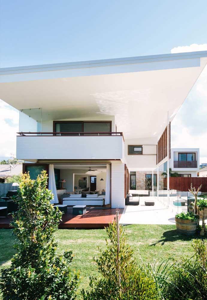 Casa moderna ampla e luxuosa com uma fachada que destaca a cobertura do telhado