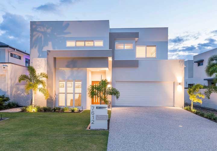Repare nessa fachada, como o uso da cor branca favorece a criação de volumes e formas interessantes de acordo com a incidência de luz sobre ela