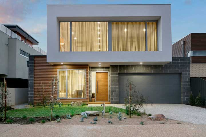 Fachada de casa moderna pequena, mas com visual marcante; destaque para o jardim que ajuda a valorizar a entrada