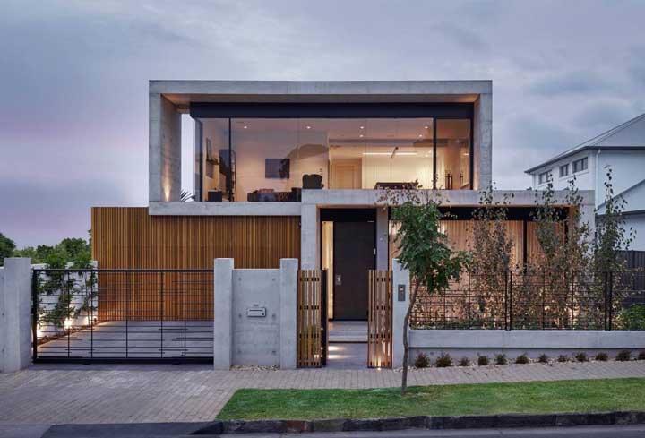 Nessa fachada moderna, muro e portão se encaixam perfeitamente com o restante do visual externo da casa