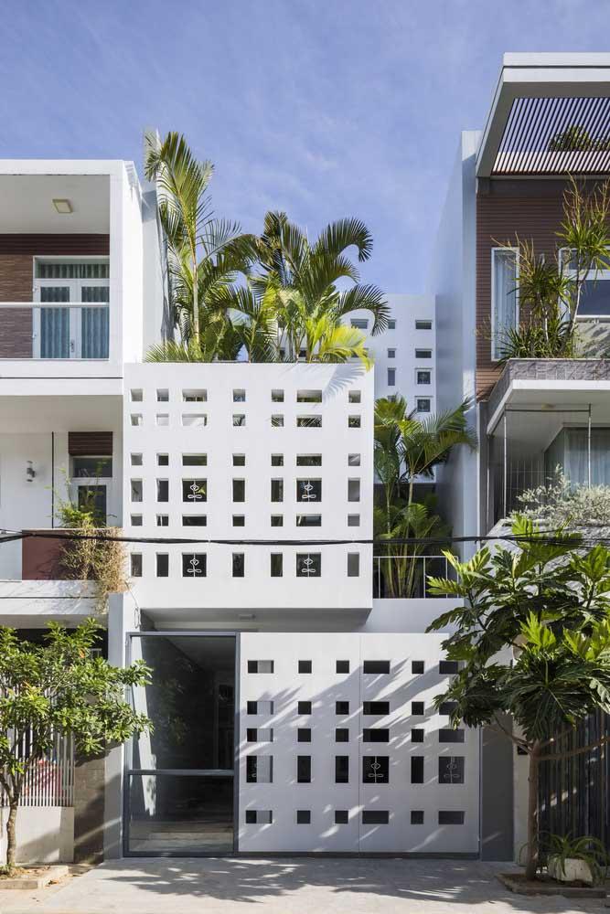 Nessa casa urbana, a fachada de elementos vazados se repete no portão e nas paredes