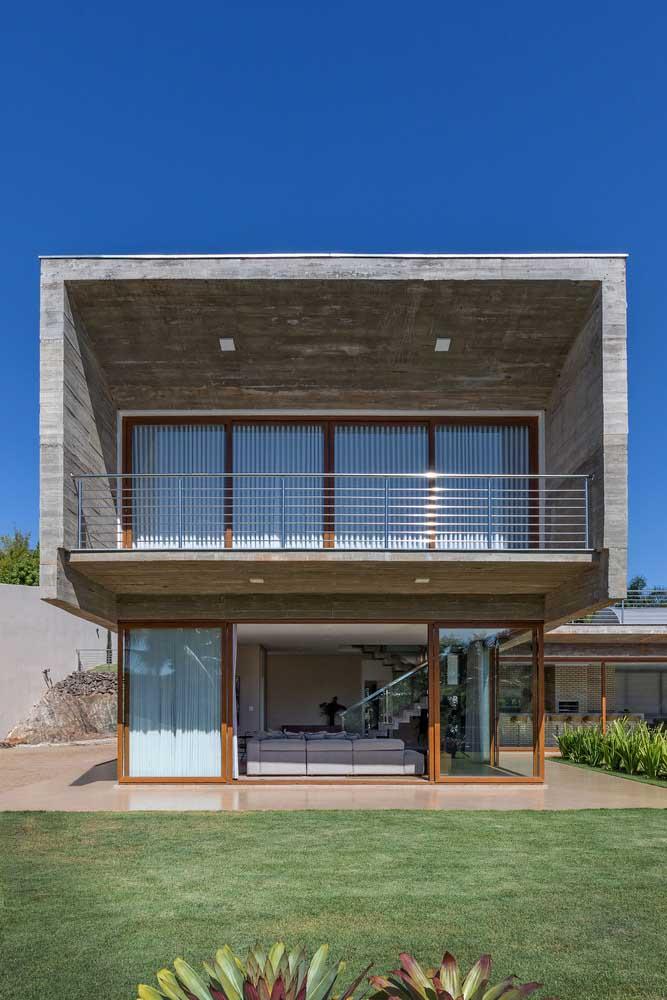 Grandes aberturas em vidro e telhado embutido caracterizam essa fachada como moderna