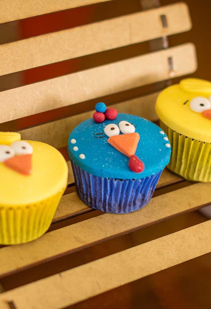 Personalize o cupcake com a carinha dos personagens principais da Galinha Pintadinha.