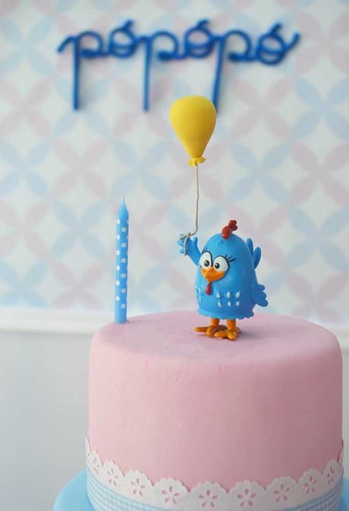No topo do bolo quem está? Ela, a querida Galinha Pintadinha!