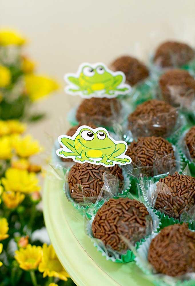 Espalhe os elementos decorativos por todos os cantos da festa, especialmente na mesa de doces.