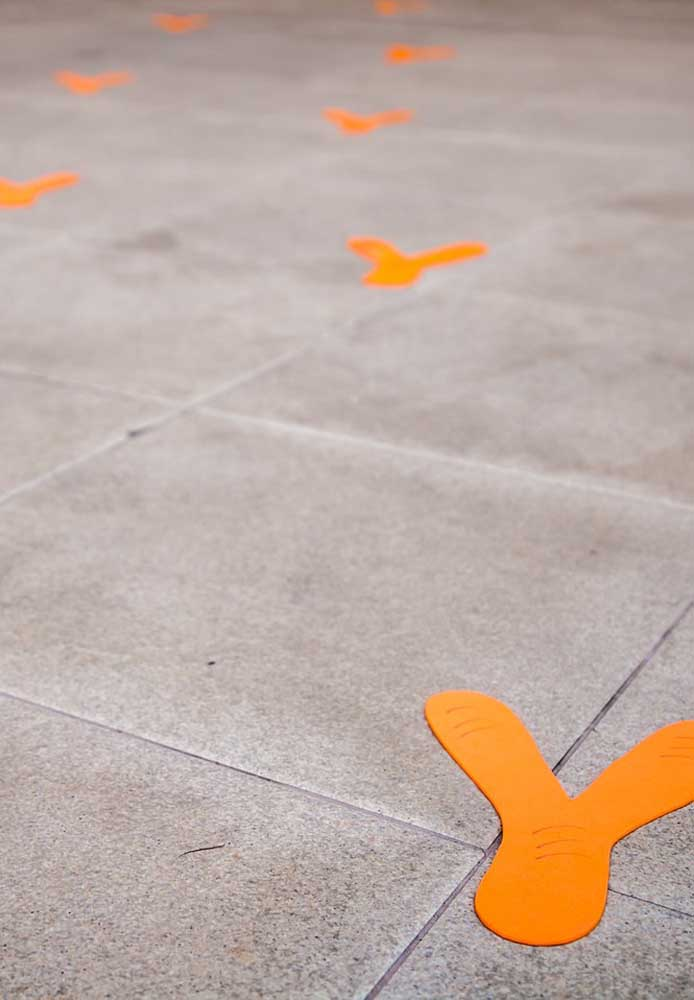 Olha que ideia mais criativa! Distribuir as pegadas das Galinhas Pintadinhas pelo salão.