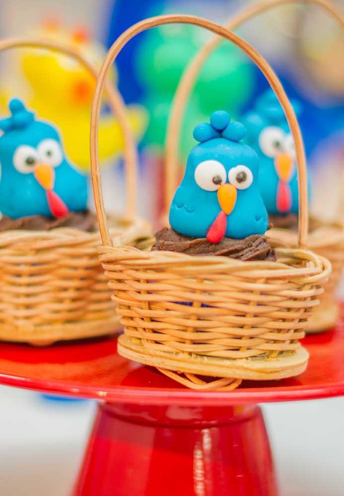 Na hora de servir coloque os doces personalizados dentro de cestinhas para combinar com a decoração da festa.