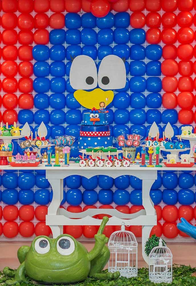 O que acha de fazer um painel com balões com a carinha da Galinha Pintadinha?