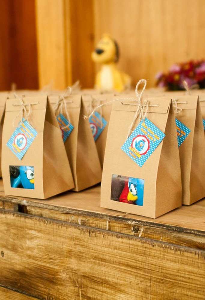 Os papéis reciclados são perfeitos para fazer lembrancinhas com o tema Galinha Pintadinha.
