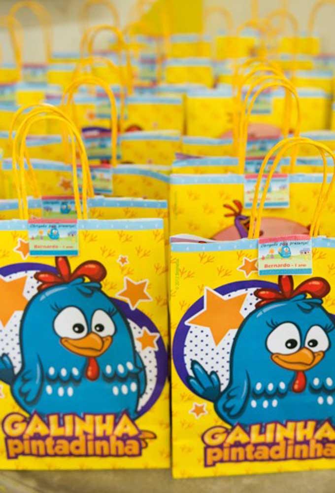 Se a intenção é fazer algo mais simples, você pode comprar sacolas prontas em lojas de festas para entregar como lembrancinha.