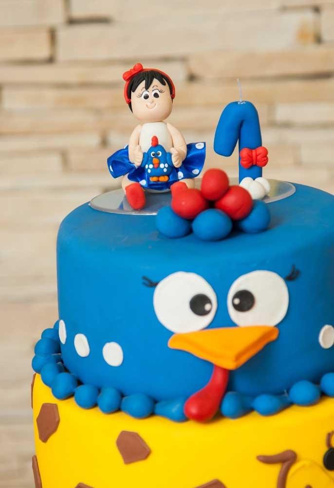 Que tal colocar a boneca da aniversariante no topo do bolo da Galinha Pintadinha?