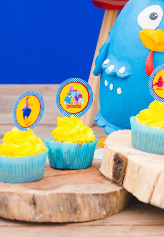 A mistura do azul com o amarelo fica perfeita na decoração.