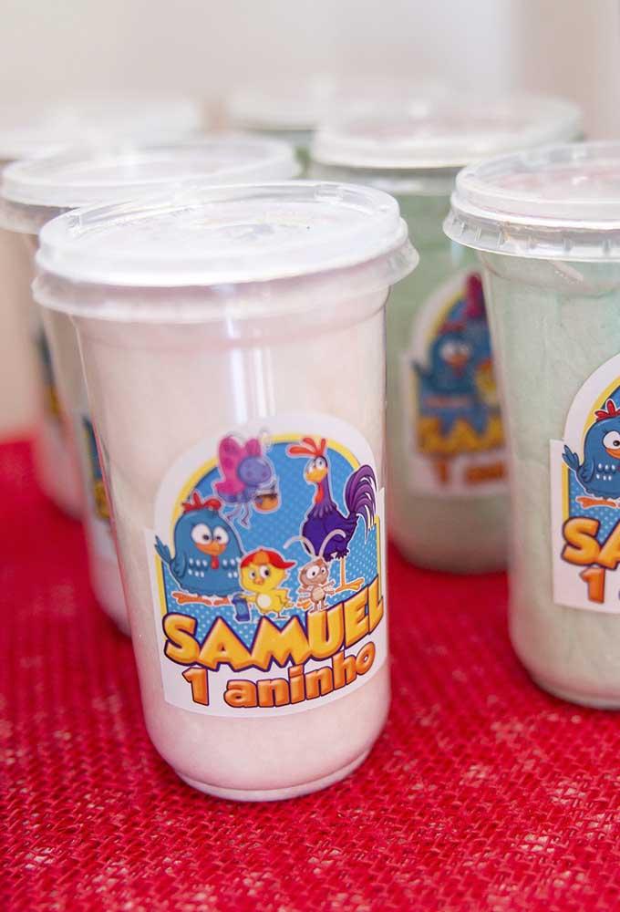 Que tal personalizar os copos das bebidas com o tema e o nome do aniversariante?