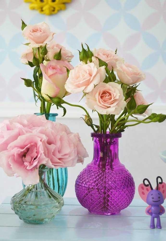 Flores sempre são itens usados nas decorações. Portanto, não poderia ser diferente ao usar o tema Galinha Pintadinha.