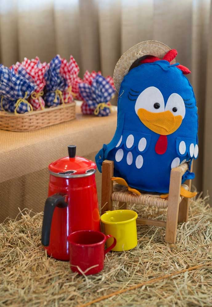 Faça uma decoração no ritmo de fazenda, pois combina muito bem com a Galinha Pintadinha.
