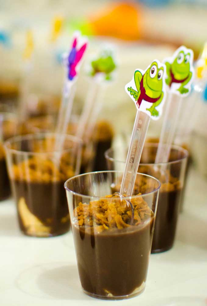 Sirva os doces em copinhos transparentes. Aproveite para personalizar as colherinhas.