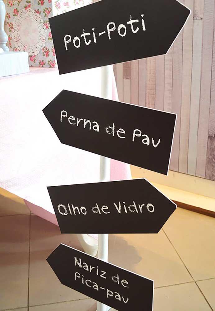 Que tal preparar algumas placas indicativas com as principais músicas da Galinha Pintadinha?