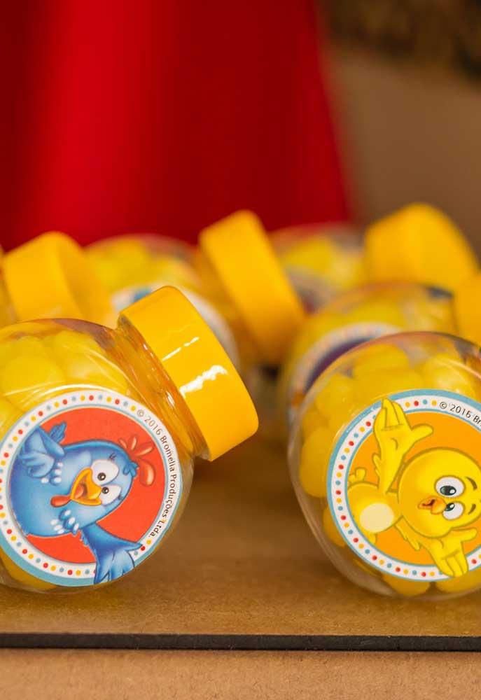Para isso, compre guloseimas com as cores do tema e personalize as embalagens com adesivos.
