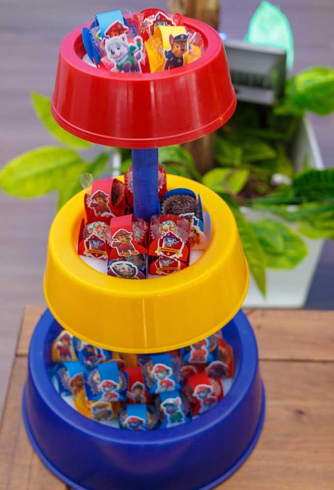 Que tal fazer uma torre de guloseimas usando o pote de comidas caninas? A ideia é criativa e original.