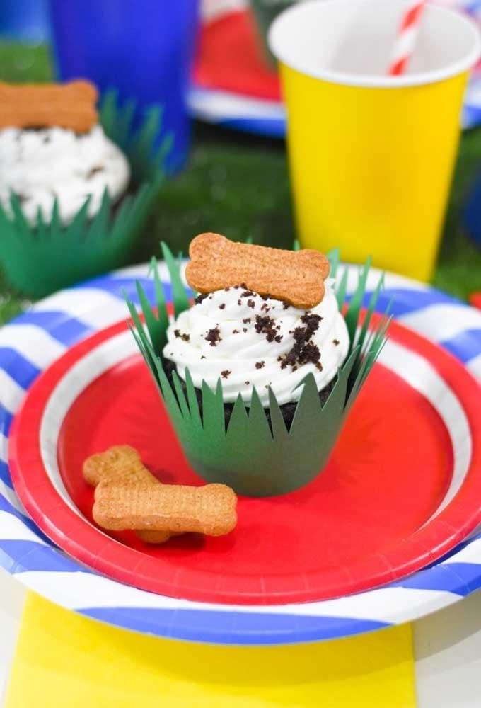 Para decorar o cupcake de acordo com o tema da festa, coloque no topo alguns biscoitos no formato de ossinho.