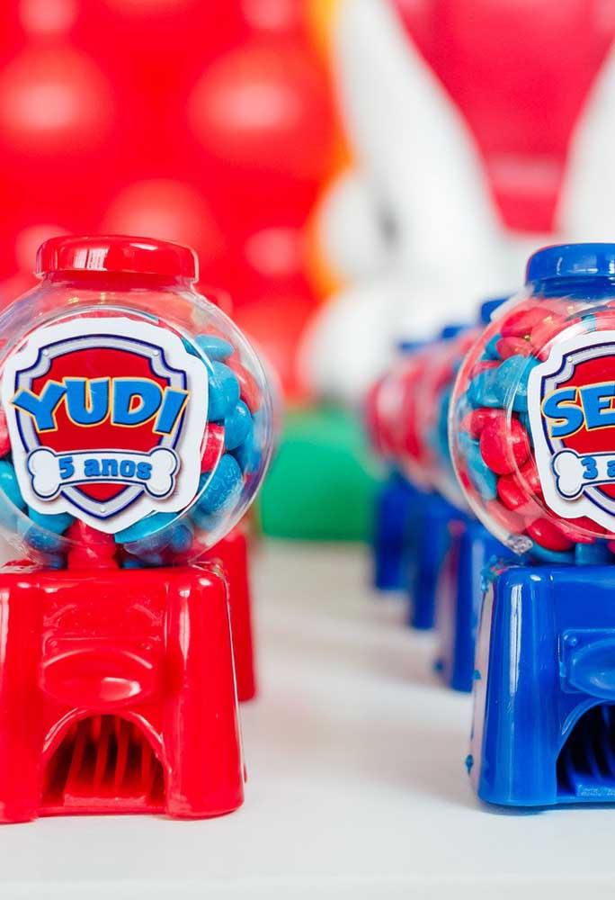 Em casas de festas você pode encontrar diversos elementos decorativos para aniversário, além de embalagens para guloseimas.