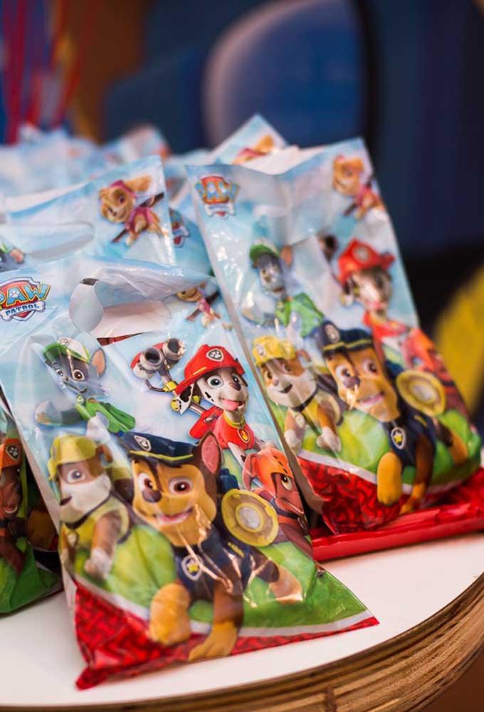 Se você não quer ter trabalho, compre algumas sacolinhas temáticas nas lojas de festas. É uma opção mais prática e econômica.