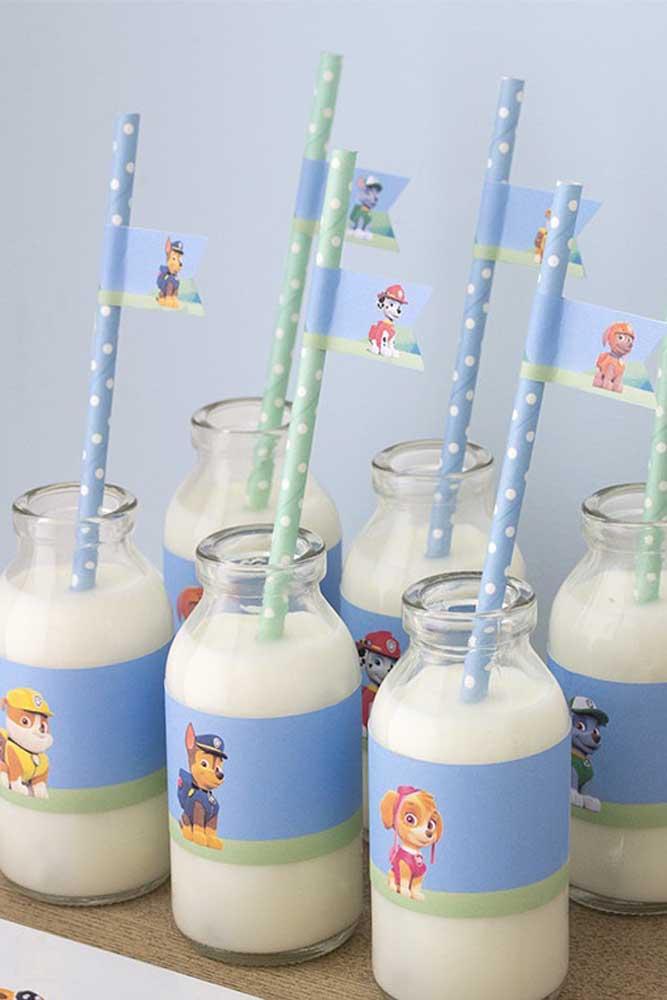 As garrafas transparentes se tornaram tendência nos aniversários por ser algo mais prático na hora de servir a bebida.
