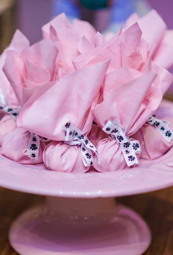 Há quem prefira oferecer algo mais simples como lembrancinha. Uma boa opção é servir algo comestível embalado em tecido.