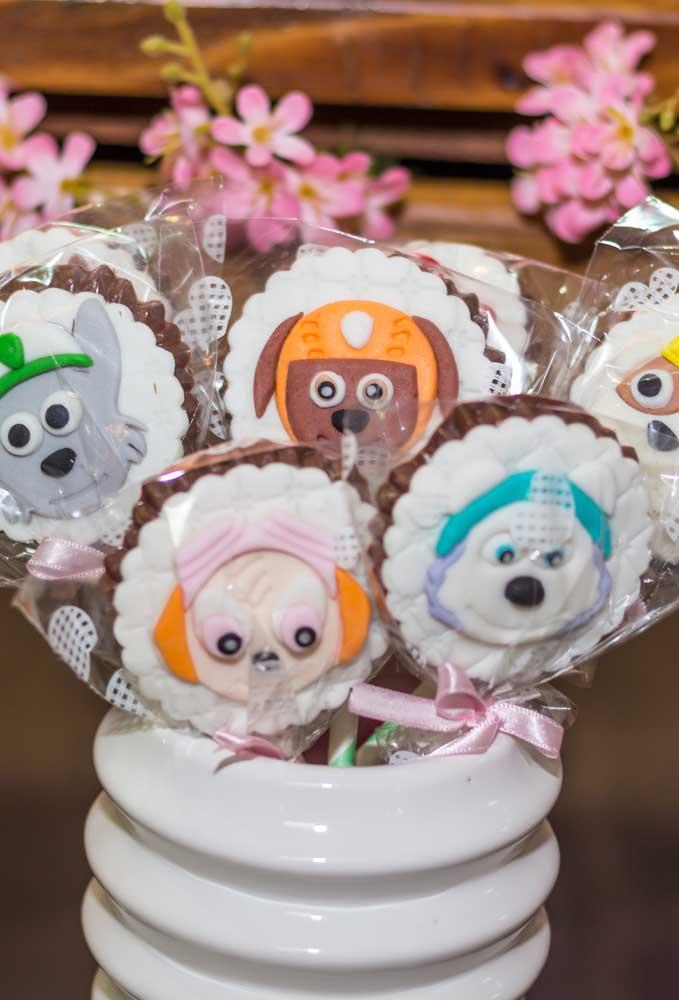 Qual a criança que não gosta de chocolate? Então, distribua alguns chocolates personalizados de acordo com o tema da festa.