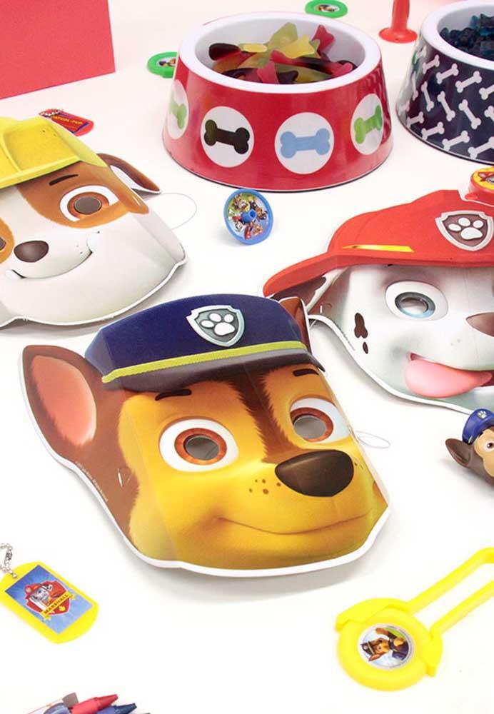 Que tal fazer um baile de máscaras para comemorar o aniversário? Como o tema é patrulha canina, entregue máscaras com a carinha dos personagens.