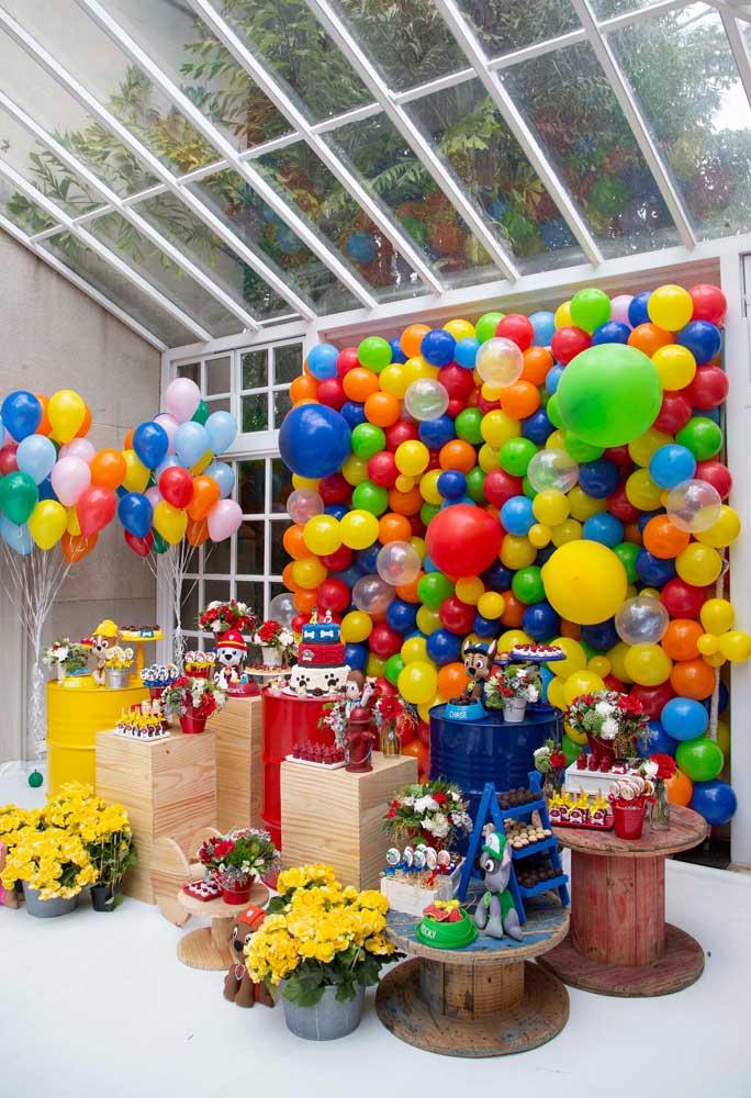 Os balões desconstruídos se tornaram tendência nas decorações de aniversário e combina perfeitamente com o tema patrulha canina.