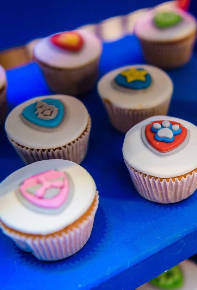 Com a pasta americana você pode fazer qualquer decoração no cupcake, desde as mais simples até as mais sofisticadas.