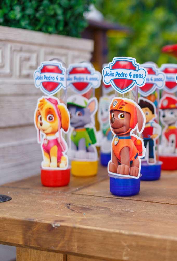 Para personalizar as embalagens das guloseimas, use adesivos com os personagens da patrulha canina.