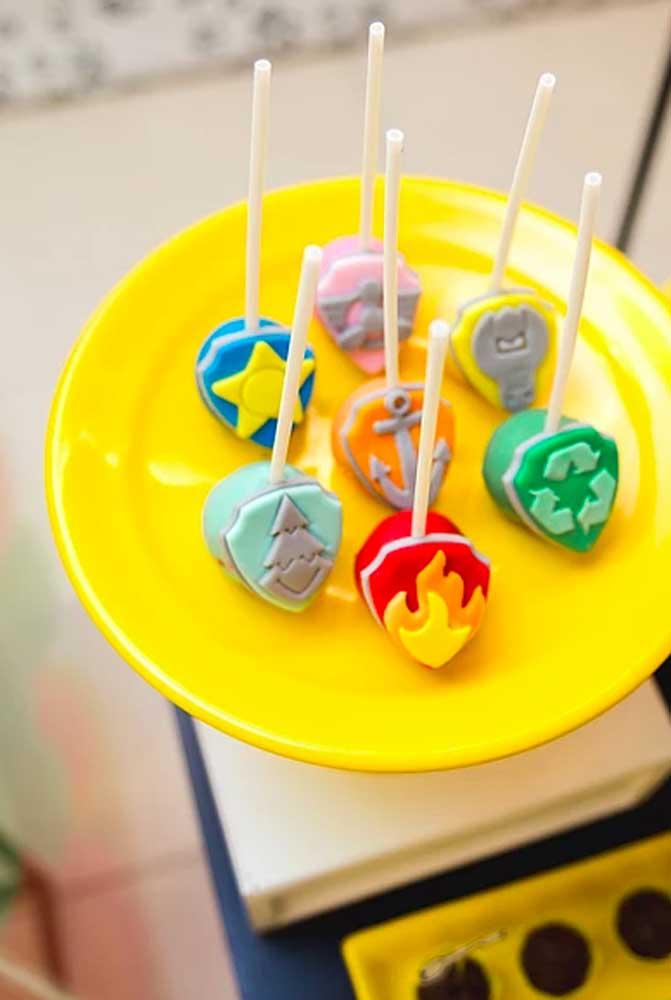 Cake pop não pode faltar mais nas festas infantis. Contudo, fica melhor se você servi-lo personalizado de acordo com o tema da festa.