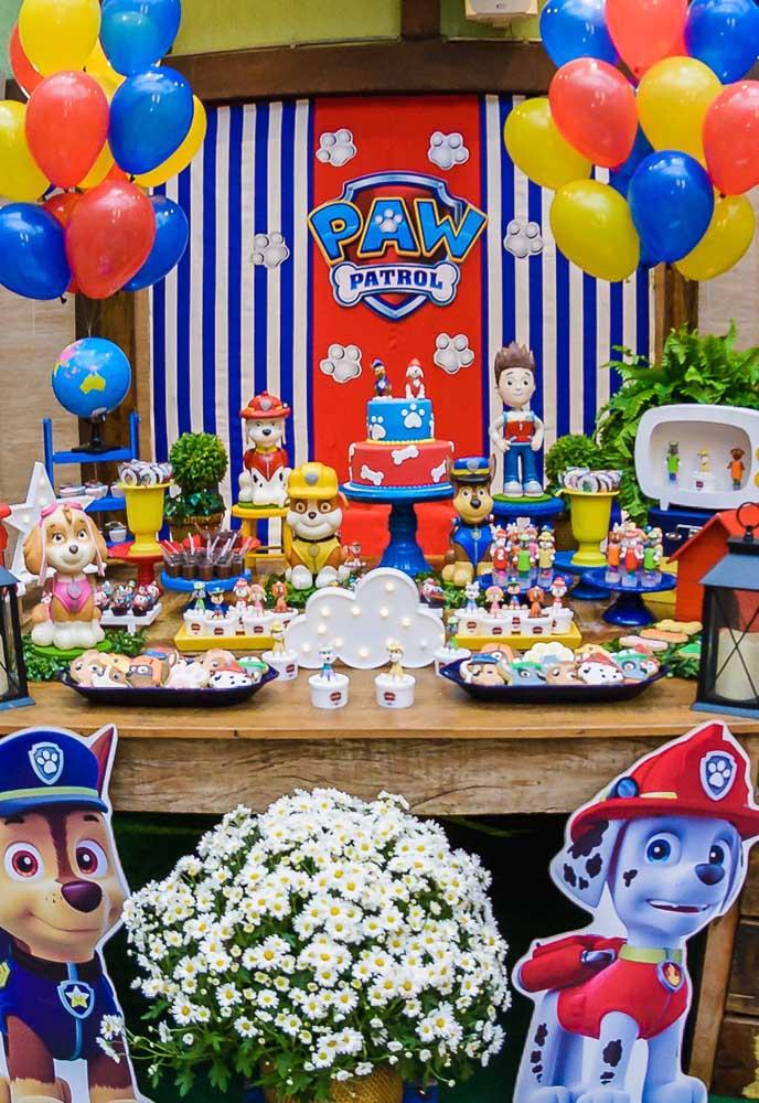 Capriche na decoração da mesa principal do aniversário. Use bonecos dos personagens principais da patrulha canina e coloque bastante doces e guloseimas