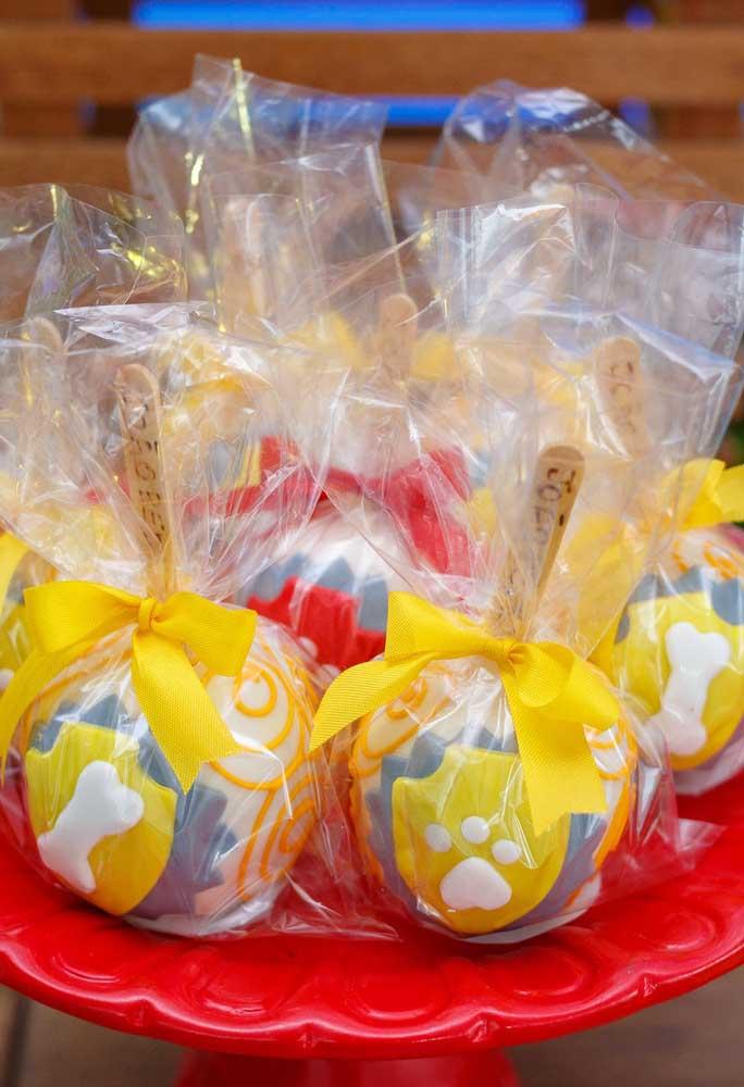 Diversifique as embalagens das guloseimas na hora de servi-las para combinar com a decoração do aniversário.