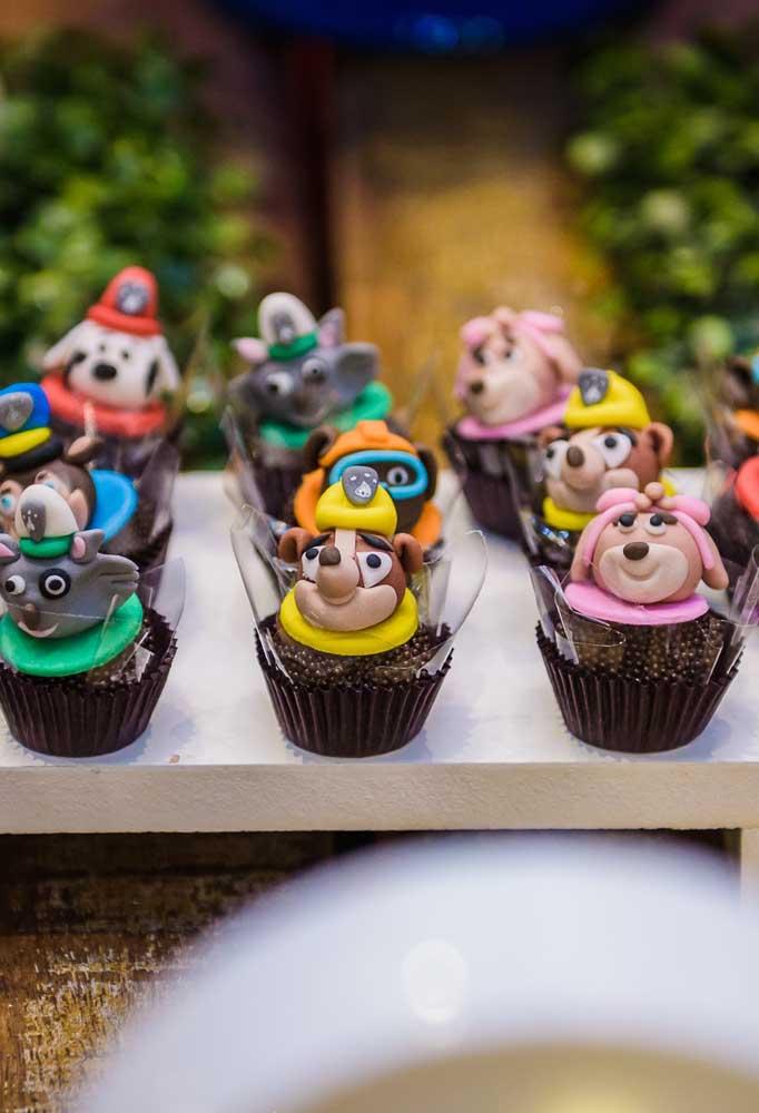 Coloque as carinhas dos personagens para decorar os docinhos da festa de aniversário.